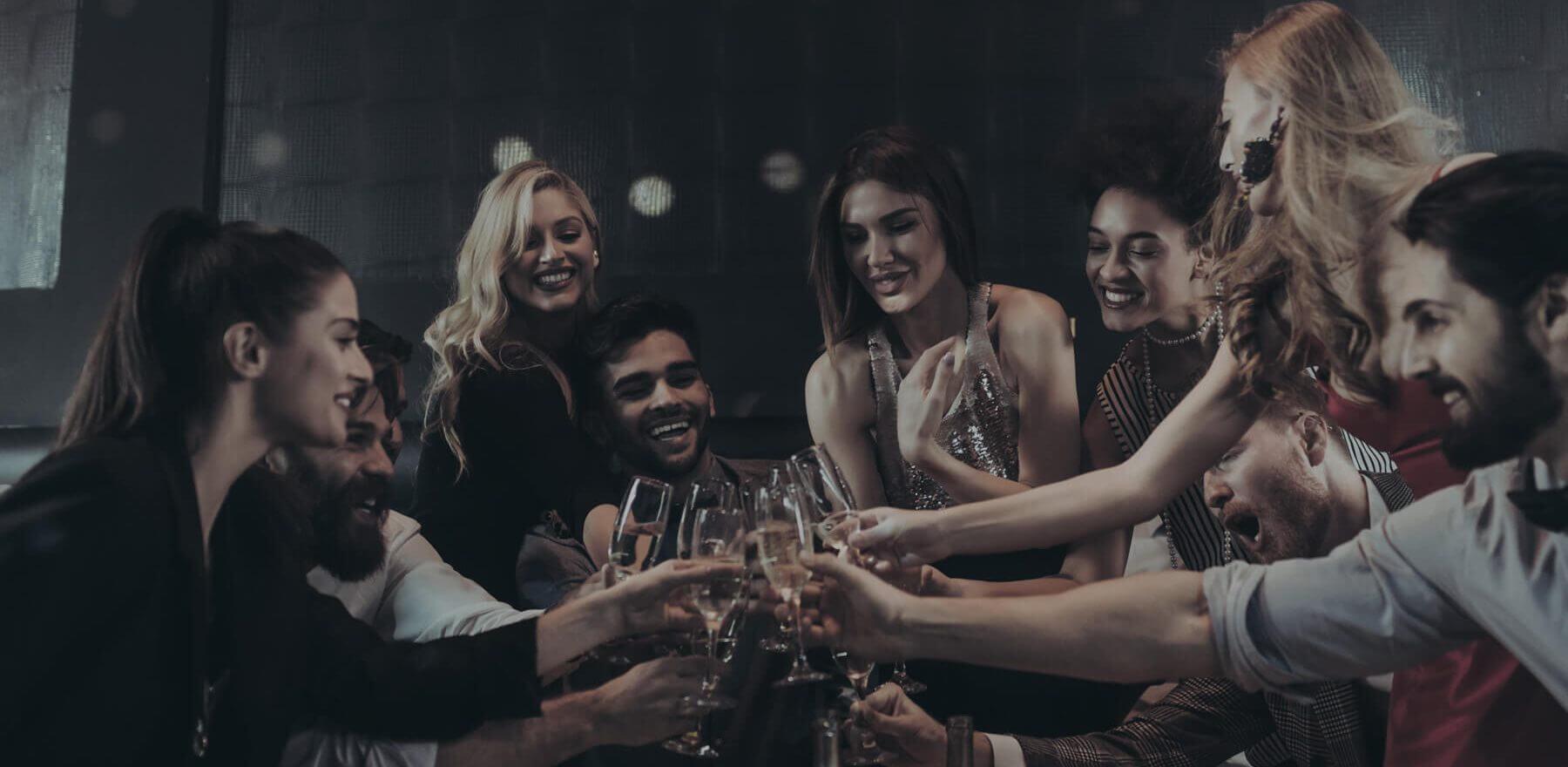Un groupe d'ami célèbrent un événement.