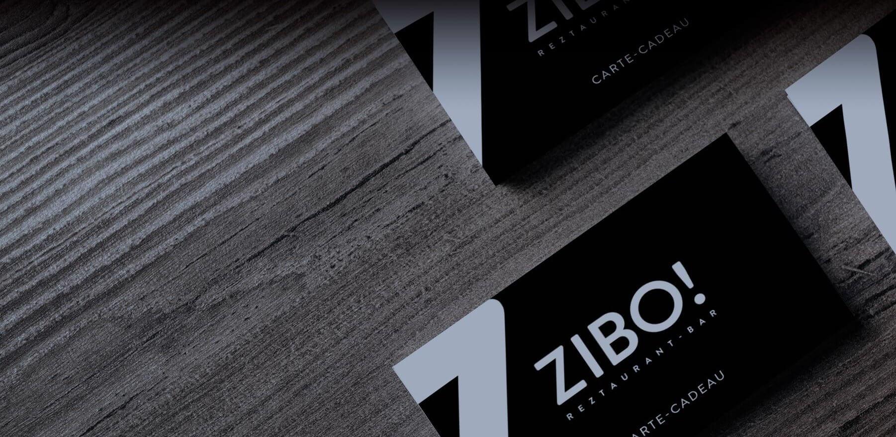 Une carte cadeaux Zibo! sur une table.
