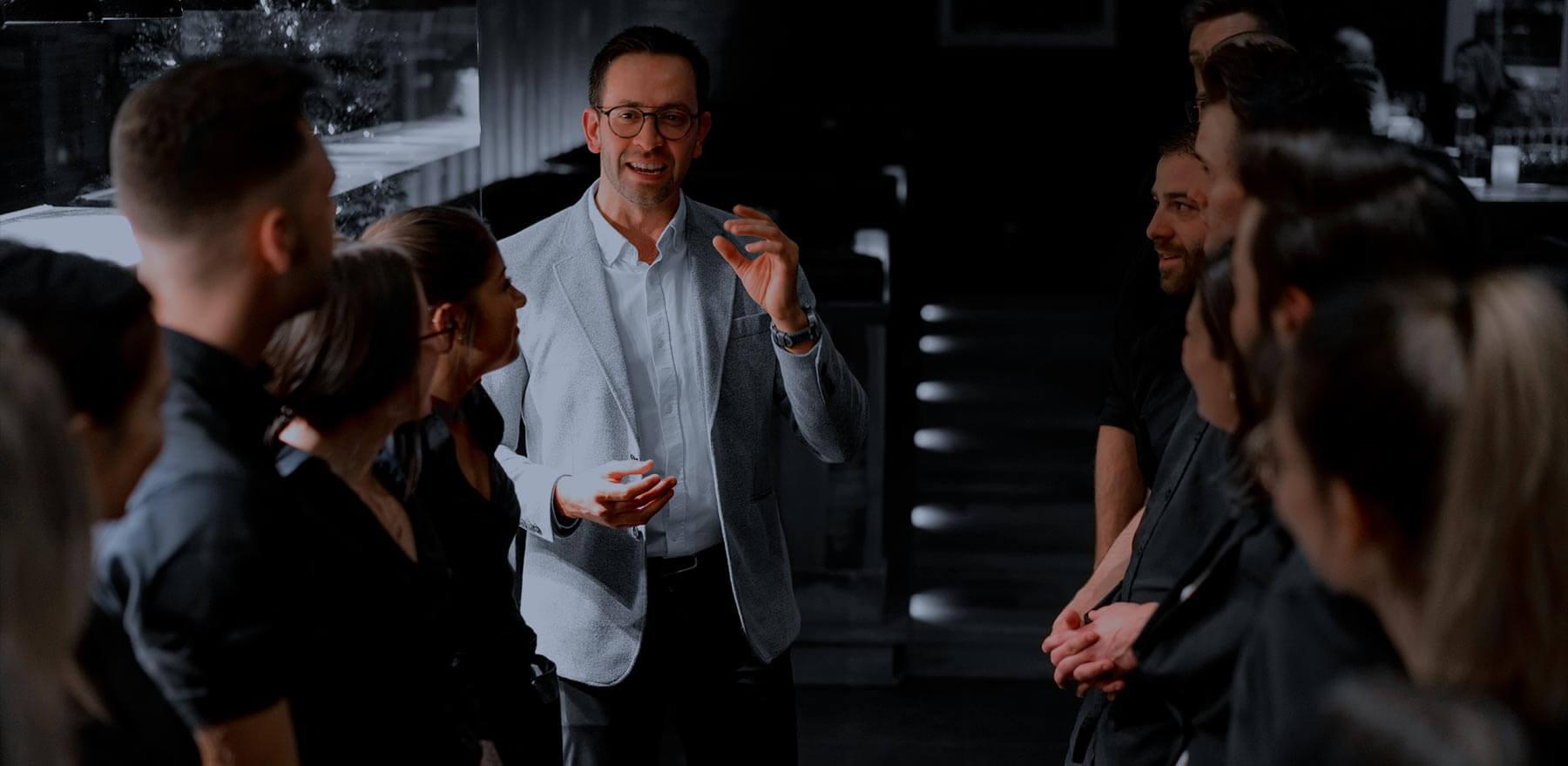 Un directeur qui discute avec son équipe