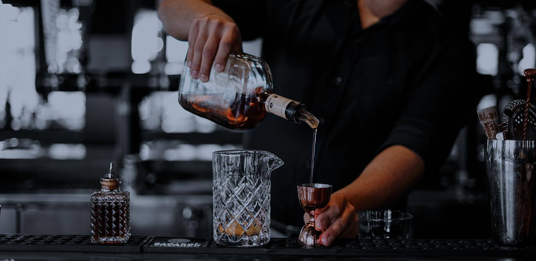 Un barman qui sert un verre