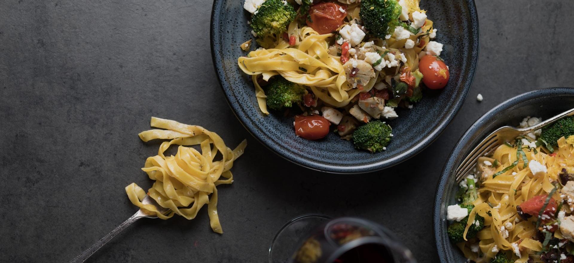 Repas de nouille avec légumes et poulet